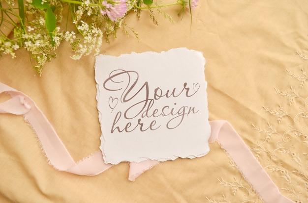 Maquette de carte d'invitation de mariage. fleurs et ruban autour