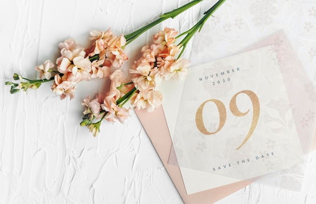 Maquette de carte d'invitation de mariage avec lathyrus peach