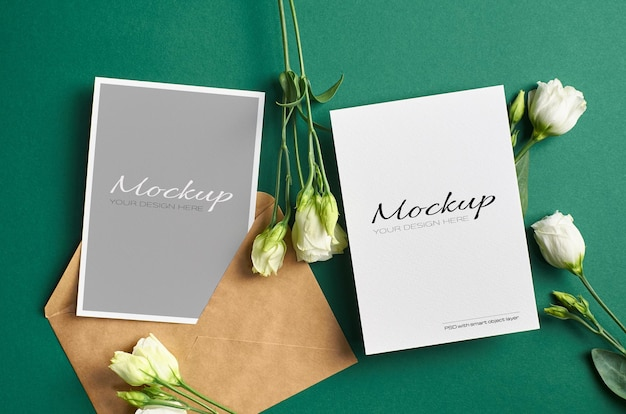 Maquette de carte d'invitation avec recto et verso sur fond de papier vert