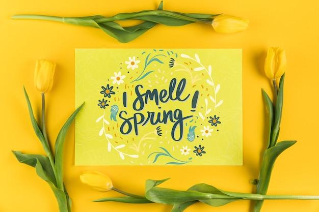 Maquette de carte papier plat laïc avec concept de printemps