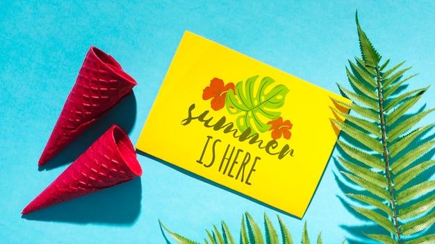 Maquette de carte de papier plat poser avec des éléments de l'été