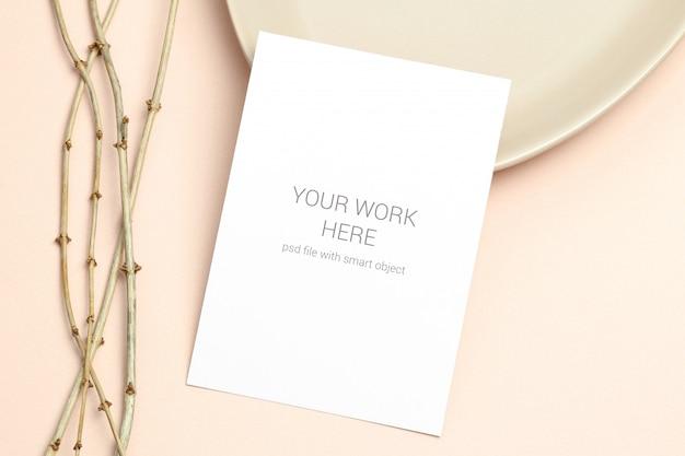 Maquette carte postale avec une branche en bois sur beige