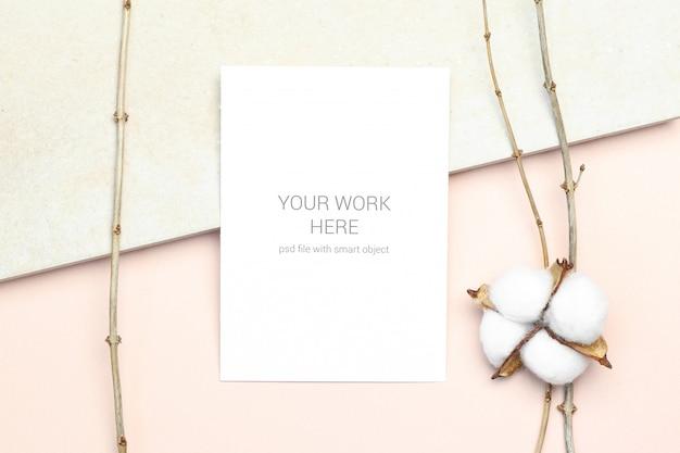 Maquette carte postale avec une branche de coton et de bois