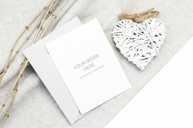 Maquette carte postale avec coeur en bois et branche