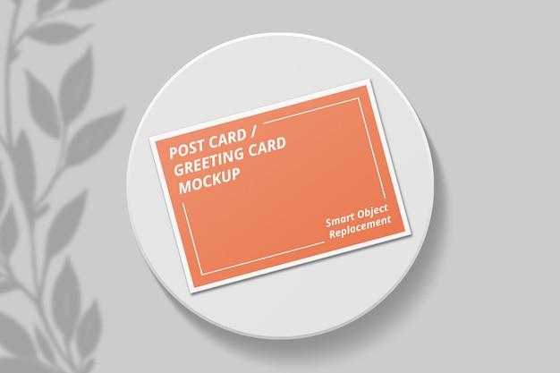 Maquette de carte postale élégante avec superposition d'ombres