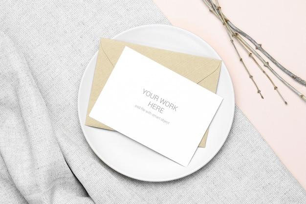 Maquette carte postale avec enveloppe et assiette