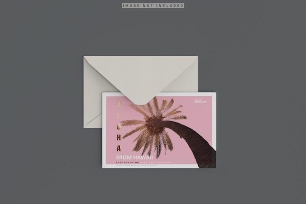 Maquette de carte postale avec enveloppe