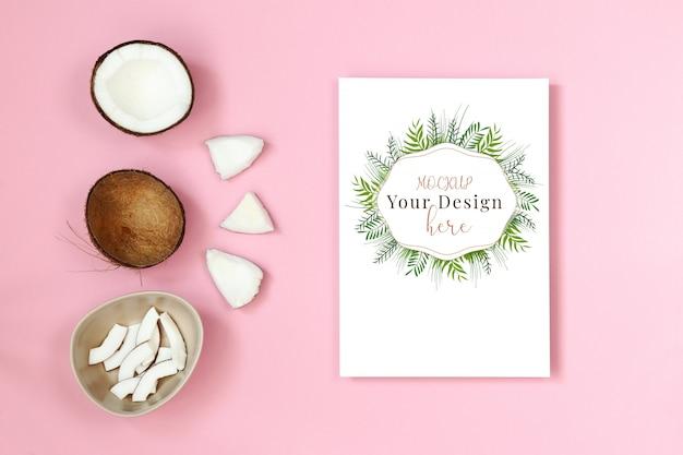 Maquette carte postale avec un morceau de noix de coco sur fond rose