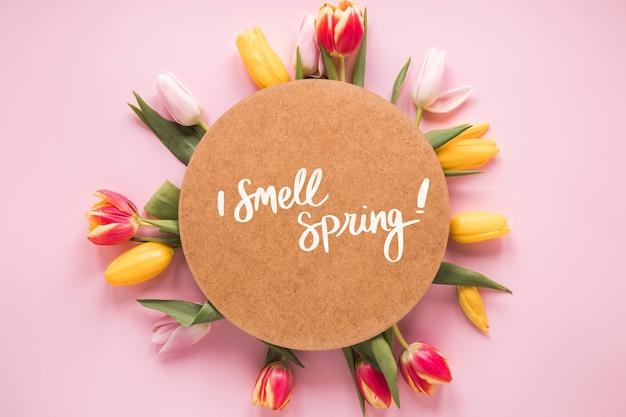 Maquette de carte ronde et plate pour le printemps