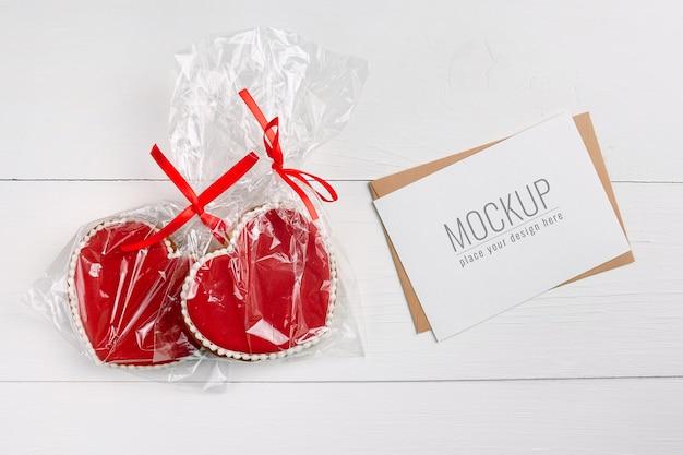 Maquette de carte de saint valentin avec biscuits coeurs doux