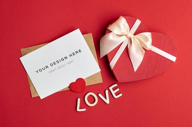 Maquette de carte saint valentin avec boîte-cadeau coeur sur rouge