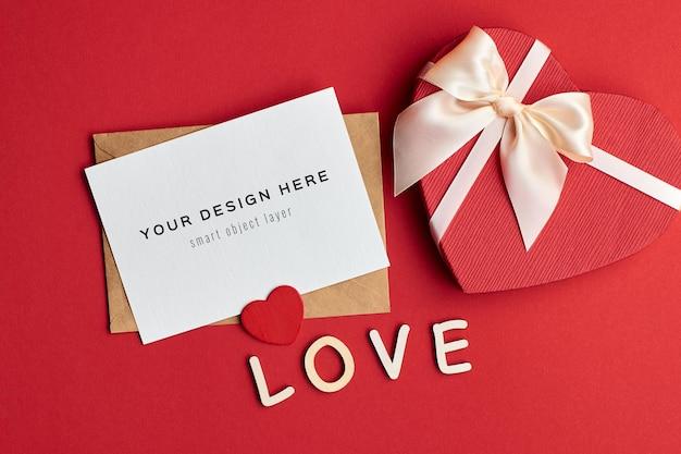 Maquette de carte saint valentin avec boîte-cadeau coeur