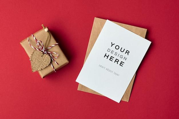 Maquette de carte de saint valentin avec boîte-cadeau décorée de coeur