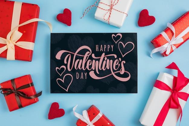 Maquette carte saint valentin avec des cadeaux