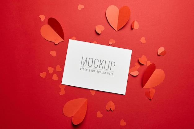 Maquette de carte saint valentin avec coeurs en papier rouge