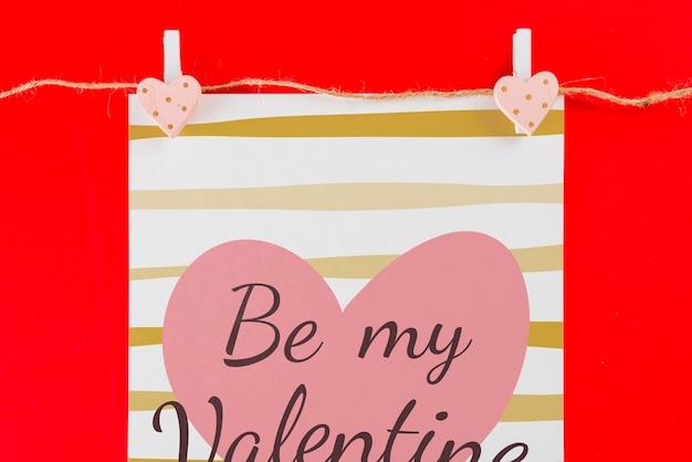 Maquette de carte de saint valentin sur la corde à linge