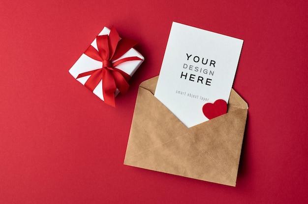 Maquette de carte saint valentin avec enveloppe et boîte-cadeau