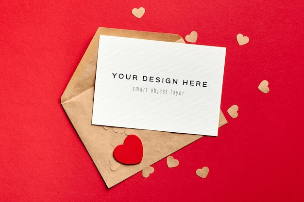 Maquette de carte saint valentin avec enveloppe et coeur en bois sur fond de papier rouge