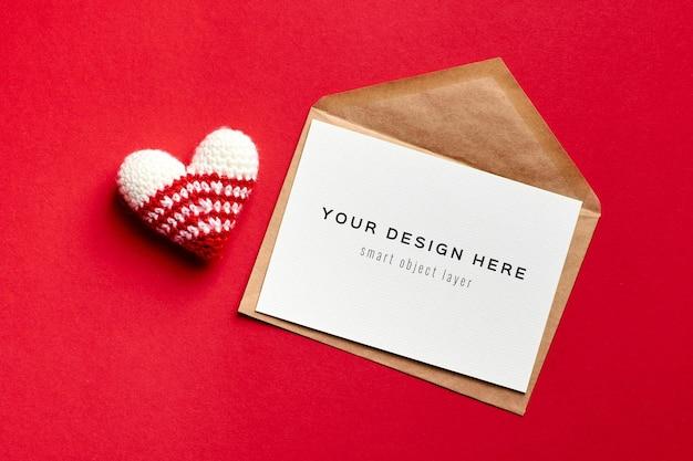 Maquette de carte saint valentin avec enveloppe et coeur tricoté