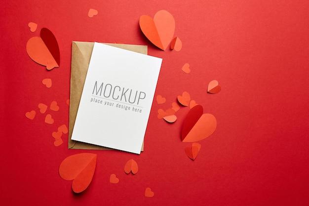 Maquette de carte saint valentin avec enveloppe et coeurs en papier rouge