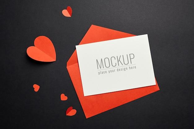 Maquette de carte de la saint-valentin avec enveloppe rouge et papier coeurs