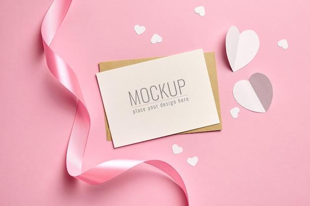 Maquette de carte saint valentin avec ruban rose et coeurs en papier blanc