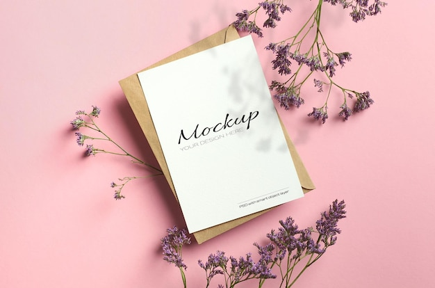 Maquette de carte stationnaire élégante sur papier de couleur rose avec des fleurs de limonium et de l'ombre