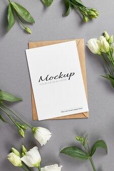 Maquette de carte stationnaire avec des fleurs d'eustoma blanches