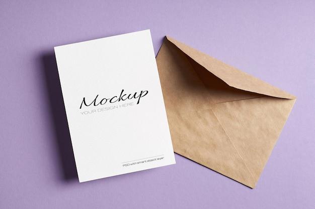 Maquette de carte stationnaire minimale avec enveloppe sur fond de papier de couleur lavande