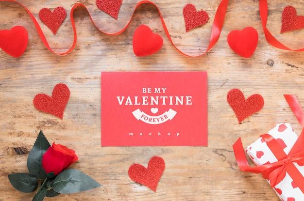 Maquette de carte valentine avec composition d'objets