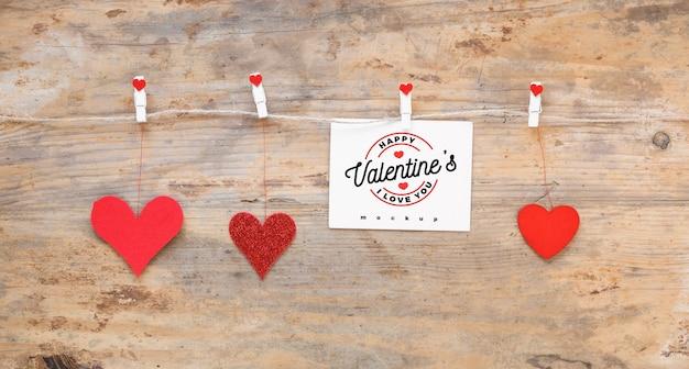 Maquette de carte valentine sur la corde à linge