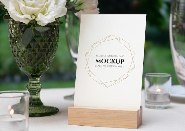 Maquette de carte vierge blanche sur la table de mariage