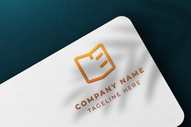 Maquette de carte de visite blanche de luxe avec un design de fond bleu foncé