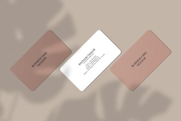 Maquette de carte de visite à coin arrondi avec ombre de feuille