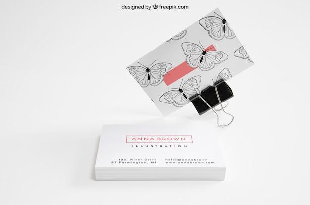 Maquette de carte de visite créative avec pince