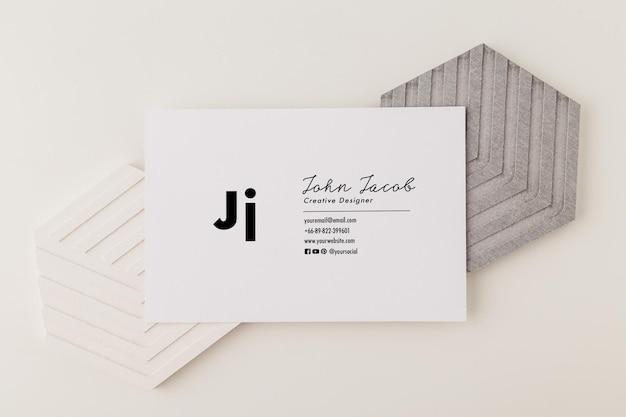 Maquette de carte de visite dans un style minimal.