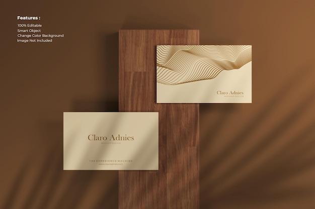 Maquette de carte de visite élégante vue de dessus sur bois