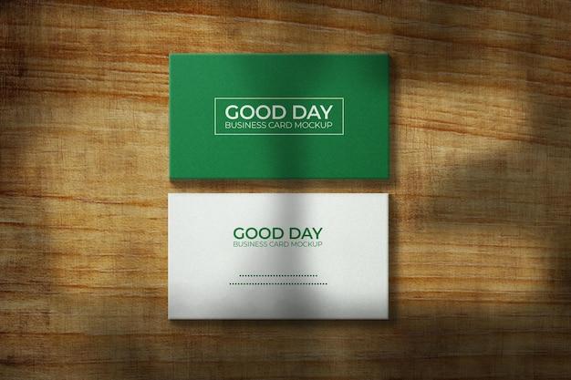 Maquette de carte de visite d'entreprise sur la texture en bois