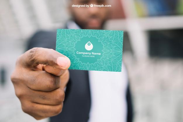 Maquette de carte de visite avec homme d'affaires floue