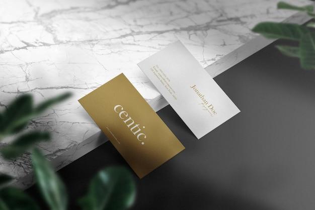 Maquette de carte de visite minimale propre sur une dalle de marbre