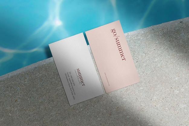 Maquette de carte de visite minimale propre du côté de l'eau