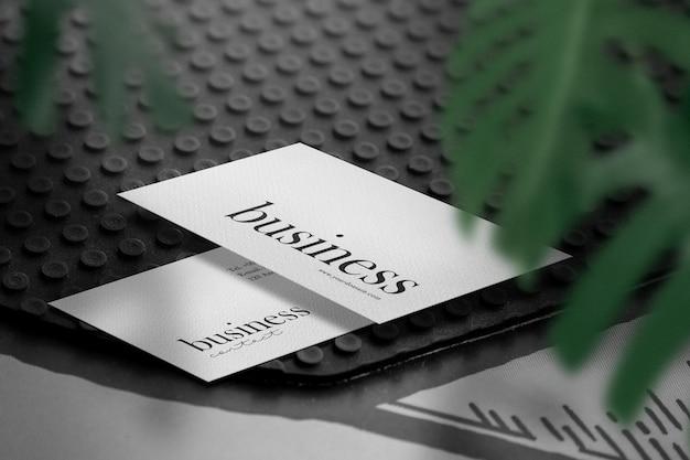 Maquette de carte de visite minimale propre sur une feuille de caoutchouc