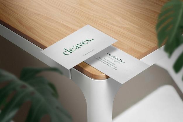 Maquette de carte de visite minimale propre sur la table en bois supérieure