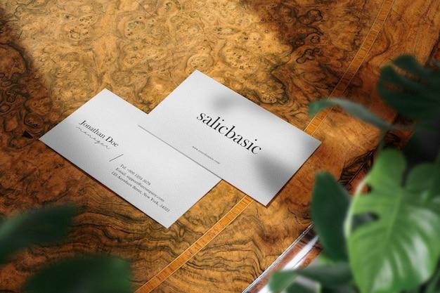 Maquette de carte de visite minimale propre sur la table supérieure