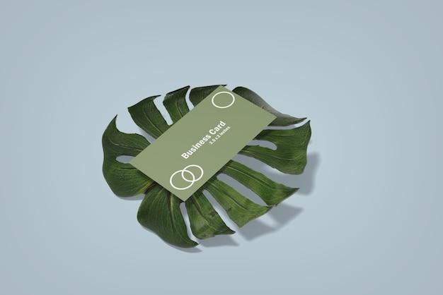 Maquette de carte de visite minimaliste sur feuille de monstera