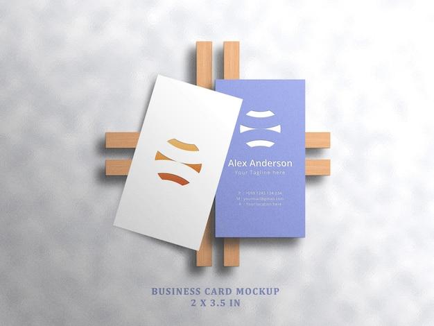 Maquette de carte de visite minimaliste sur fond blanc avec effet en relief et en creux