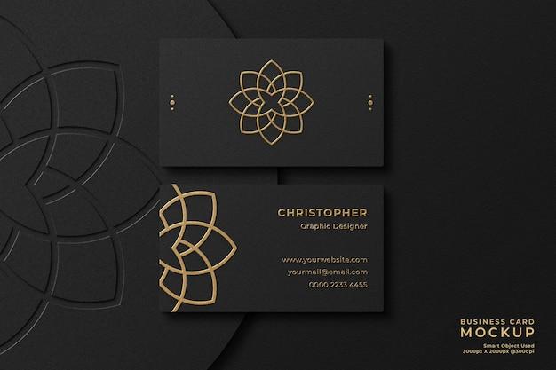 Maquette de carte de visite noire élégante en feuille d'or avec effet de relief et logo typographique sur fond