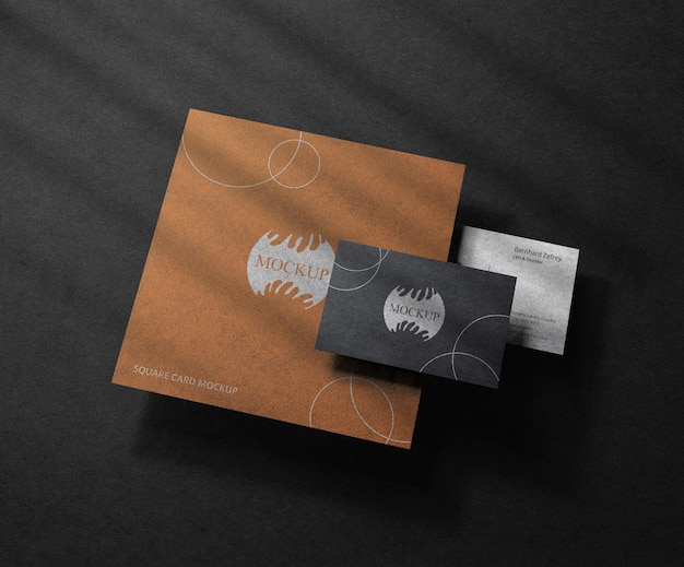 Maquette de carte de visite noire réaliste avec carte carrée