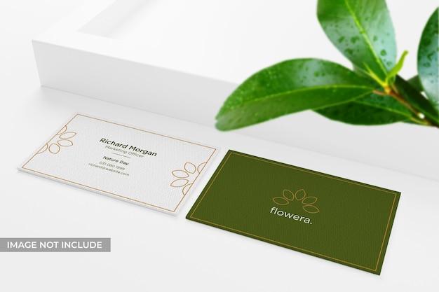 Maquette de carte de visite réaliste et propre avec des feuilles