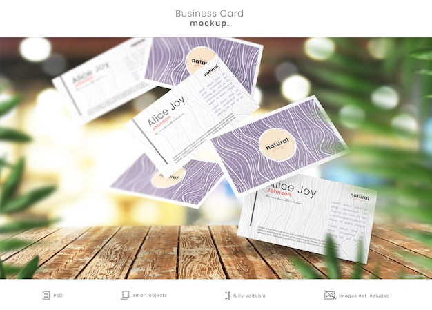 Maquette de carte de visite sur table de magasin en bois avec des cartes qui tombent
